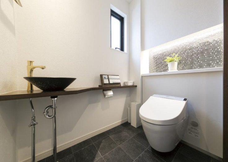 タイルの装飾と壁付けのトイレ