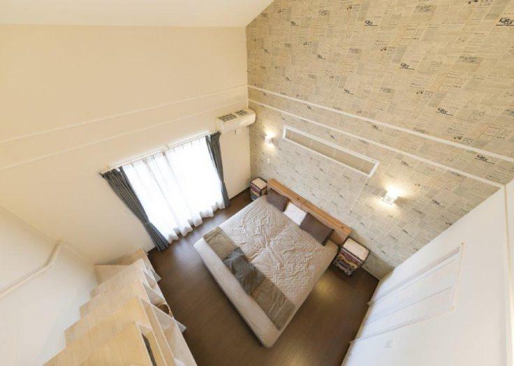 階段収納とかわいい壁紙