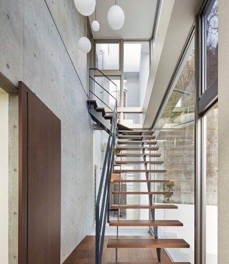 玄関からのスケルトン階段