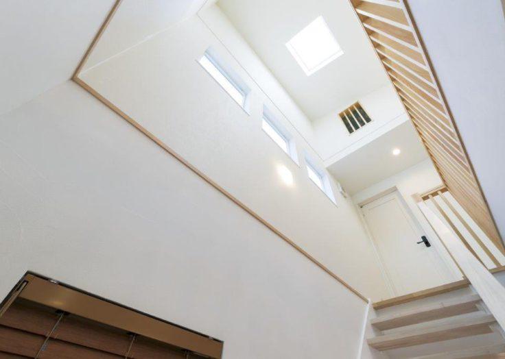 天窓からも光が注ぐ階段