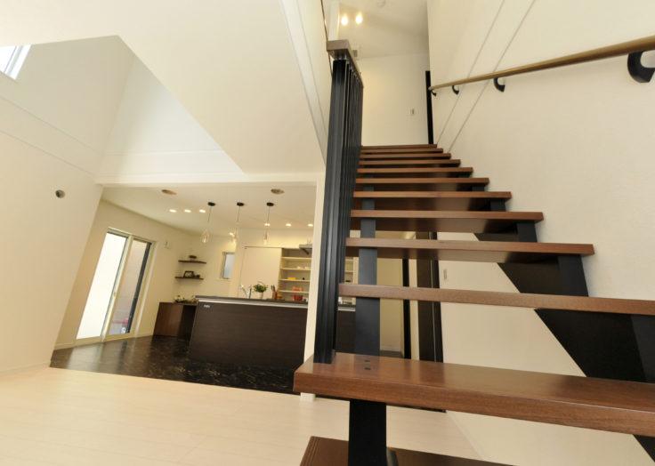 スケルトン階段と素敵なアイランドキッチンの家