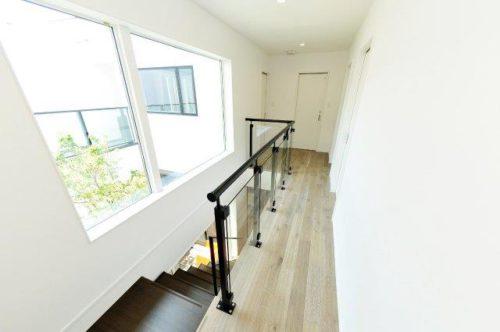 モダンでスタイリッシュ! 吹き抜け廊下におすすめの「手摺り」|広島の2×4新築注文住宅&リフォームなら マリモハウス