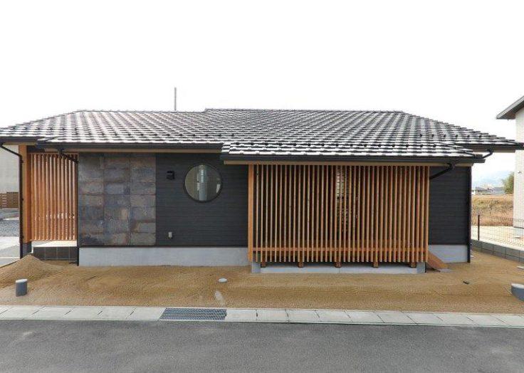 丸窓、瓦屋根の存在感のある平屋