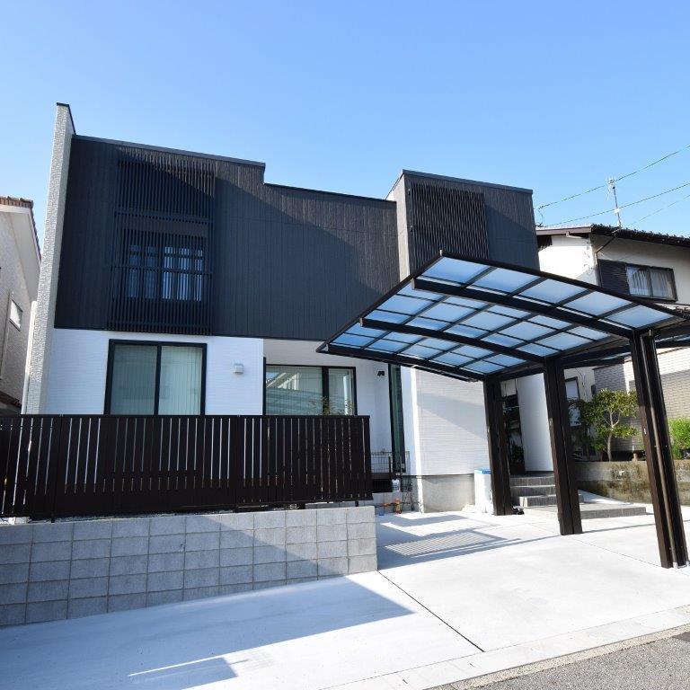 【注文住宅】白と黒のモノトーンでまとめた広い室内のデザインハウス
