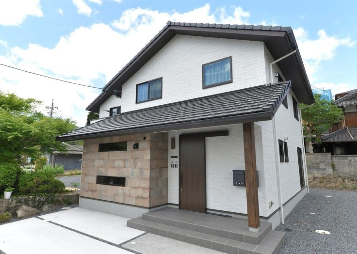 【2世帯注文住宅】重厚なタイル張りの共用玄関の和モダン
