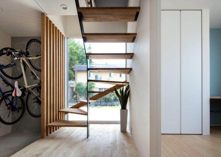 明るい大窓の階段