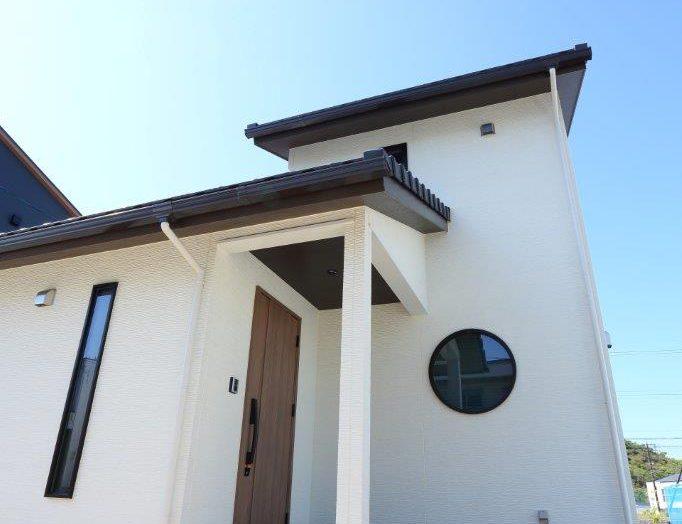 【和モダン】丸窓が特徴的リビングは3mの高天井の和モダン