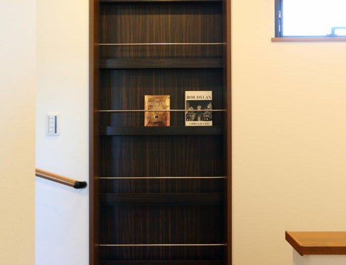 本棚扉で仕切られた書斎